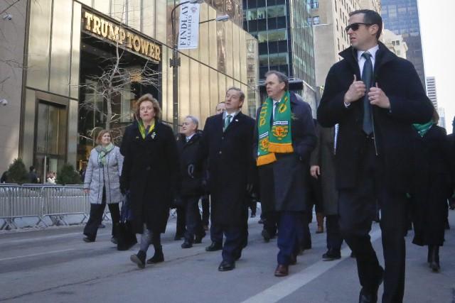 Le premier ministre irlandais Enda Kenny (troisième à... (Photo Bebeto Matthews, AP)