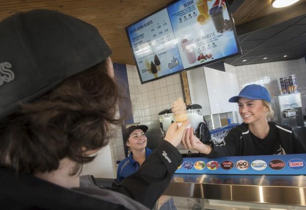 La souriante Laury Marsan sert des délices glacés... (François Gervais)