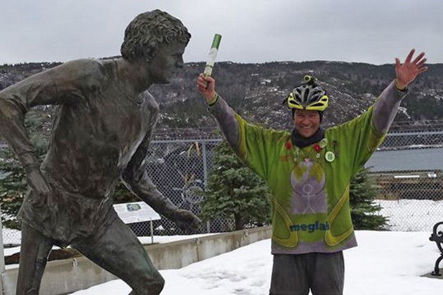 Steve O'Brien aux côtés d'une statue de Terry... (Courtoisie)