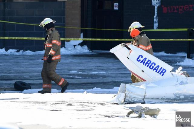L'avion FGOI s'est écrasé dans le stationnement du... (PHOTO BERNARD BRAULT, LA PRESSE)