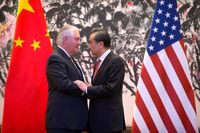 Le secrétaire d'État américain Rex Tillerson et son... (PHOTO Mark Schiefelbein, ASSOCIATED PRESS)