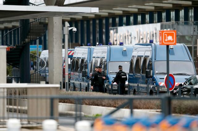 Des centaines de policiers et de membres des... (AFP, Christophe Simon)