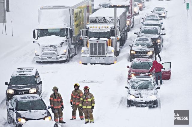 Mardi soir, des camionneurs ont refusé de se... (La Presse, Patrick Sanfaçon)
