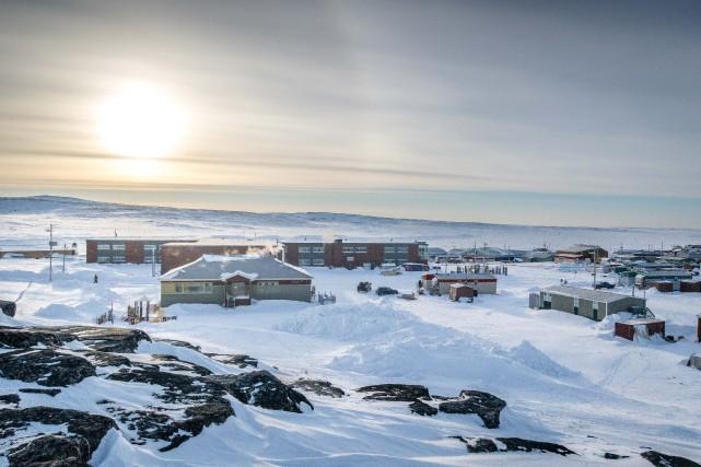 « Le village d'Inukjuak est encastré dans trois... (Photo sylvain Paradis, collaboration spéciale)