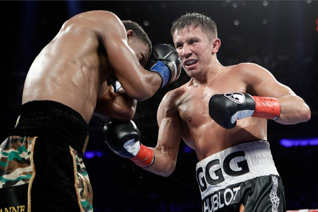 Gennady Golovkin assène une droite à Daniel Jacobs.... (PHOTO Frank Franklin II, ASSOCIATED PRESS)