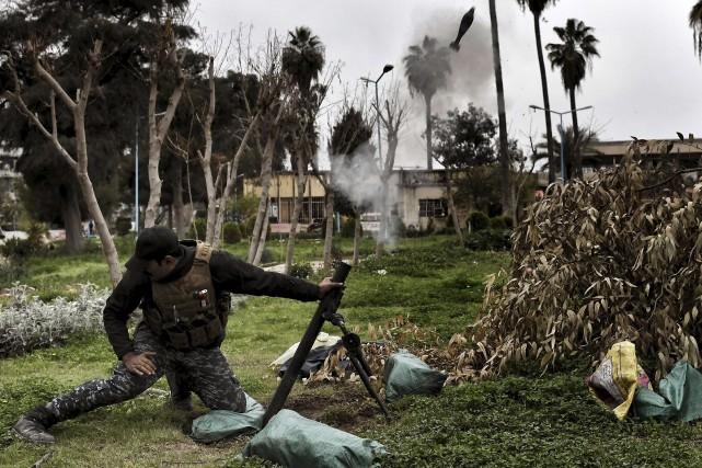 Un soldat des forces armées irakiennes envoie un... (AFP, Aris Messinis)