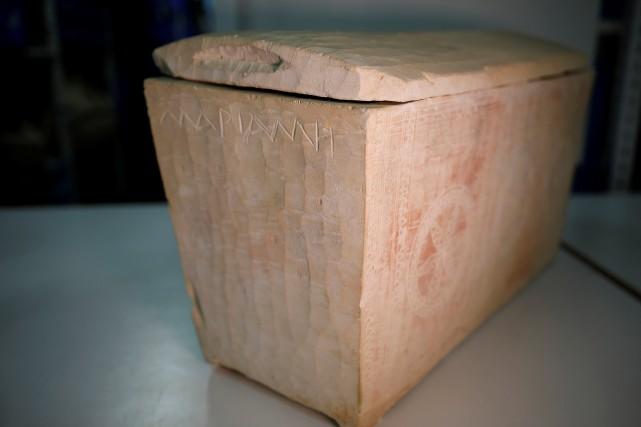 Parmi les dizaines d'objets découverts figurent des vases,... (PHOTO AMIR COHEN, REUTERS)