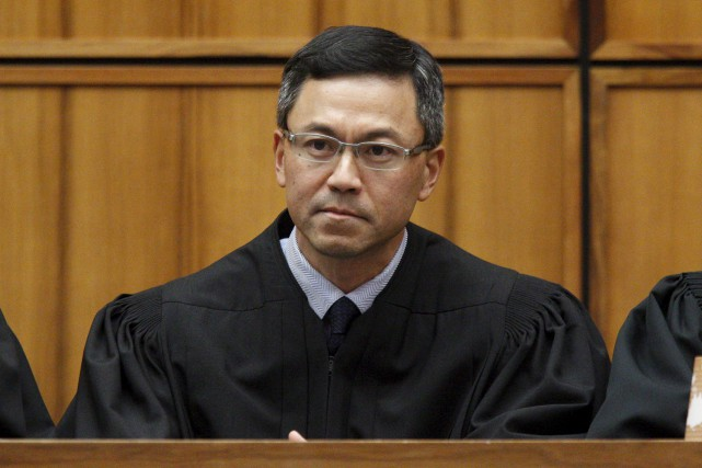 Le juge de district Derrick Watson a dit... (AP)