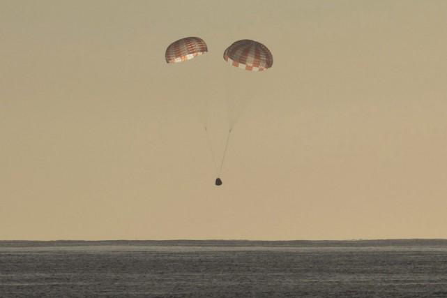 Dragon s'est posée dans le Pacifique au large... (photo AP)