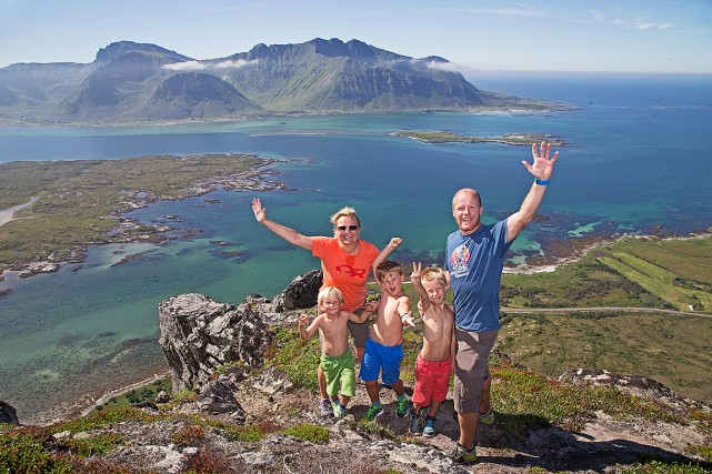 Une famille pose au sommet d'une montagne de... (Photo Nils-Erik Bjoerholt, archives REUTERS)