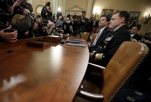 Le directeur du FBI James Comey et le... (AP, Manuel Balce Cenet)