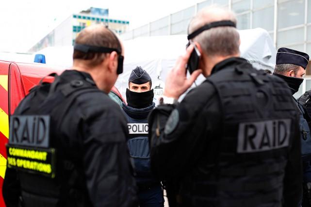 L'escouade policière RAID est intervenue à l'aéroport d'Orly... (PHOTO Benjamin CREMEL, AGENCE FRANCE-PRESSE)