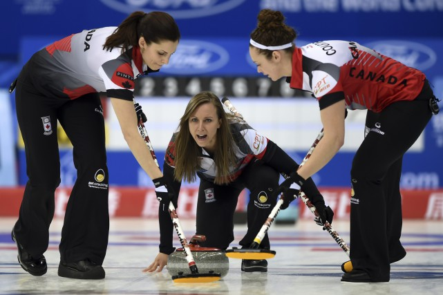 La Canadienne Rachel Homan (au centre) est en... (Associated Press)