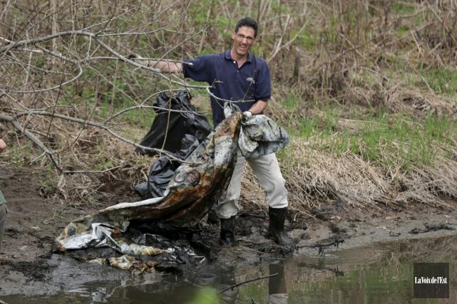Le nettoyage des berges de lacs et de... (Catherine Trudeau, archives La Voix de l'Est)