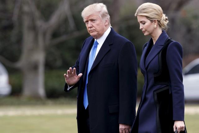 Donald et Ivanka Trump marchent pour se rendre... (AP)