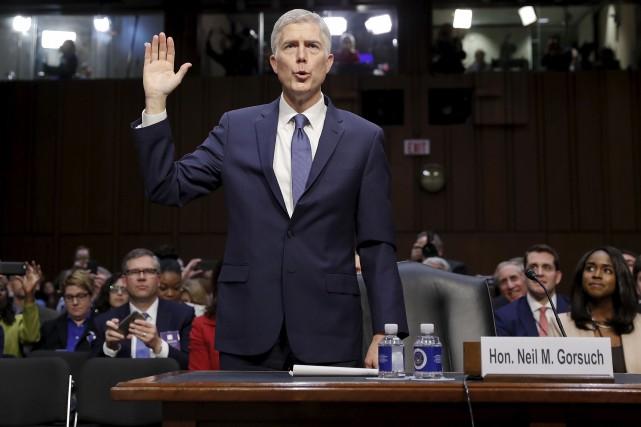 Le juge Neil Gorsuch prête serment avant d'être... (AP, Pablo Martinez Monsivais)