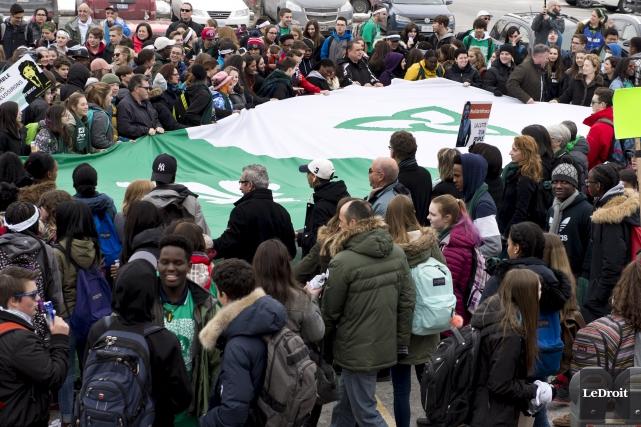 Lundi midi, ils ont été 600 personnes à... (Martin Roy, Le Droit)