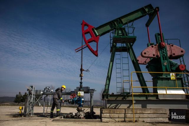 Les cours du pétrole ont nettement monté lundi grâce à des déclarations... (ARCHIVES BLOOMBERG)