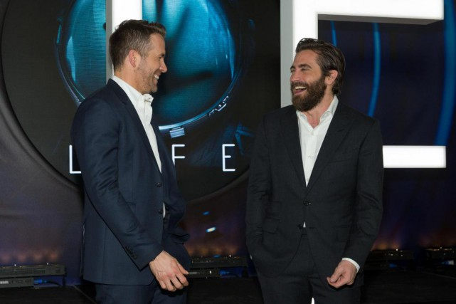 Les acteurs Ryan Reynolds et Jake Gyllenhaal tiennent... (PHOTO SUZANNE CORDEIRO, AGENCE FRANCE-PRESSE)