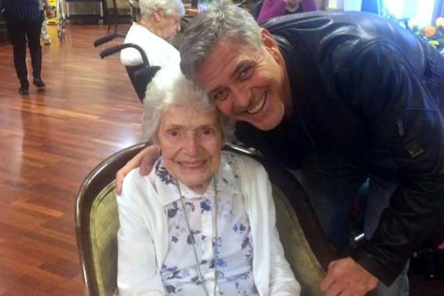 George Clooney a rendu visite à une admiratrice,... (Photo Sunrise of Sonning Retirement via AP)