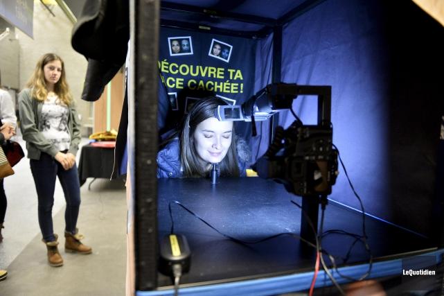 Le Photomaton UV permet de prendre deux photos:... (Le Quotidien, Jeannot Lévesque)