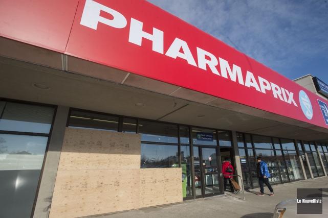 La vitrine de cette pharmacie a été fracassée... (Stéphane Lessard, Le Nouvelliste)