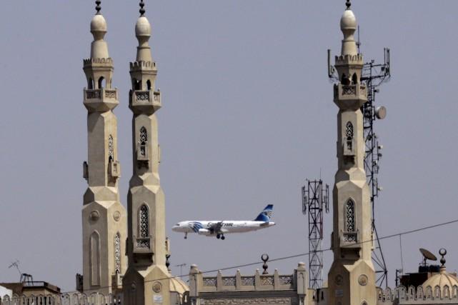 Un avion de la compagnie EgyptAir s'approche de... (AP, Amr Nabil)