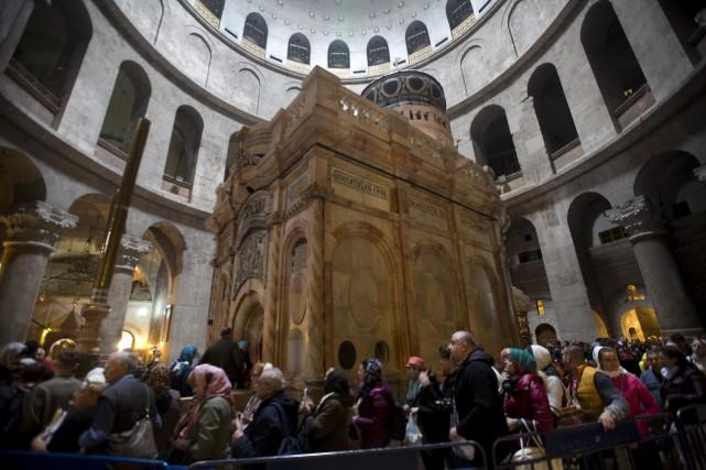 Des visiteurs font la file pour voir le... (AP, Dusan Vranic)