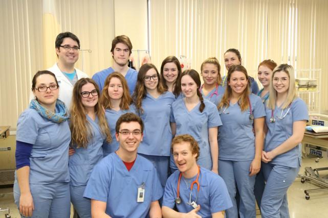 Dix élèves et deux enseignants en Soins infirmiers... (photo Christophe Boisseau-Dion)