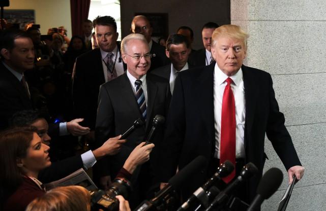 Donald Trump et son secrétaire à la Santé... (PHOTO AFP)