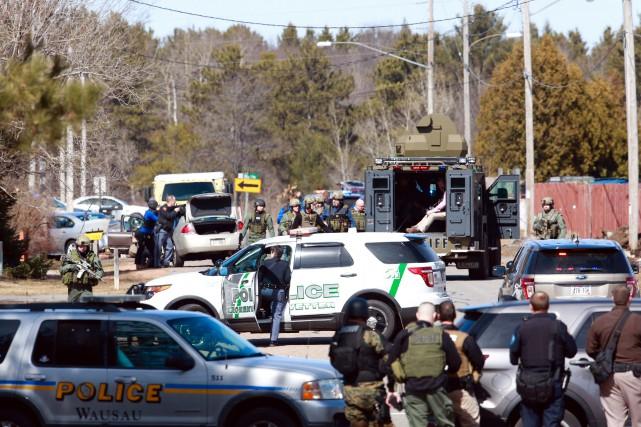 La police dans le nord du Wisconsin a affirmé qu'un policier et trois autres... (PHOTO AP)