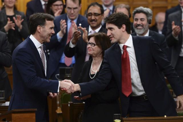 Le premier ministre, Justin Trudeau (à droite), félicite... (Sean Kilpatrick, La Presse canadienne)