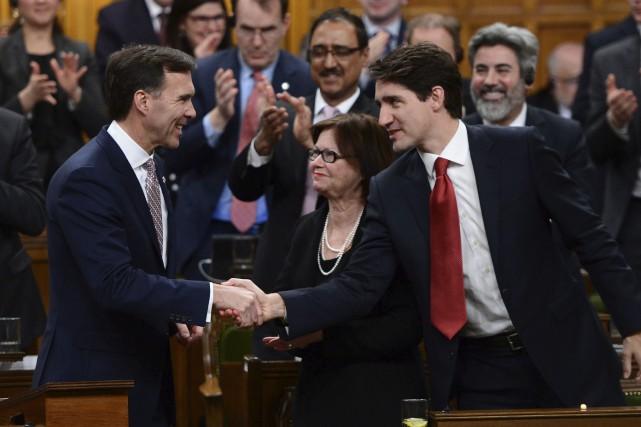 Le ministre des Finances, Bill Morneau, est félicité... (La Presse canadienne, Sean Kilpatrick)