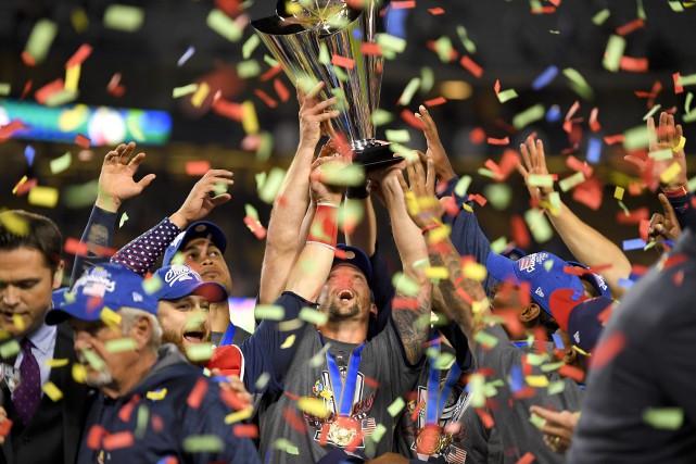 Les joueurs de l'équipe américaine célèbrent après leur... (Photo Mark J. Terrill, AP)