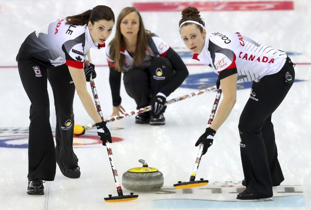 L'équipe de Rachel Homan (au centre) est devenue... (Mark Schiefelbein, Associated Press)