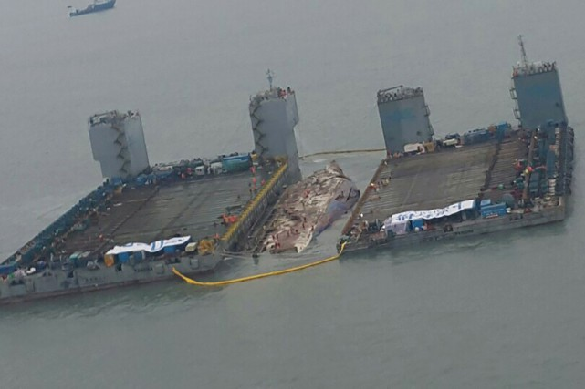 Photo aérienne du site de renflouage du «Seawol»... (AFP)
