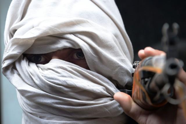 Un ancien combattant taliban participe à une cérémonie... (ARCHIVES AFP)