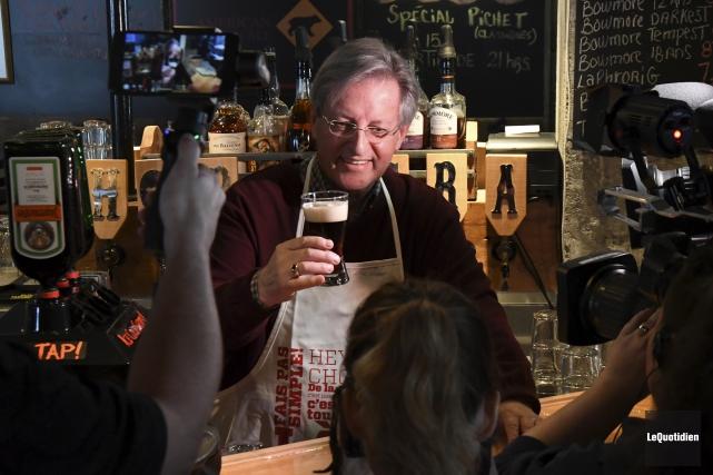 Le maire de Saguenay Jean Tremblay a dégusté... (Photo Le Quotidien, Michel Tremblay)