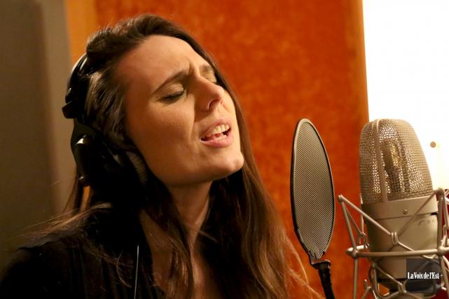 La chanteuse Valérie Gagné est à quelques heures... (Julie Catudal, La Voix de l'Est)