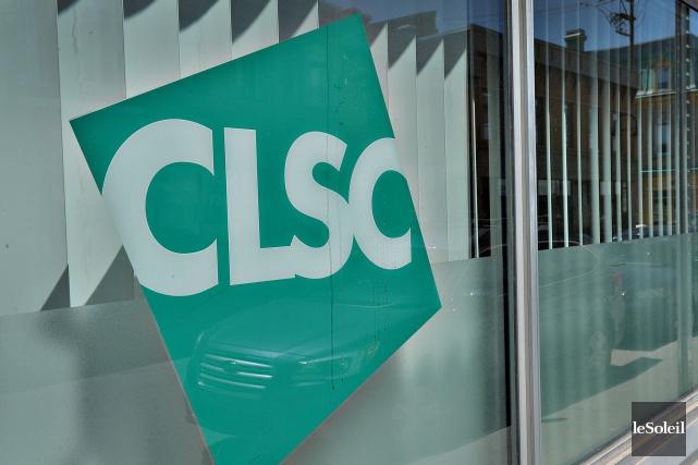 Photo d'une vitrine affichant le logo : CLSC écrit sur un carré en diagonal de couleur vert émeraude.