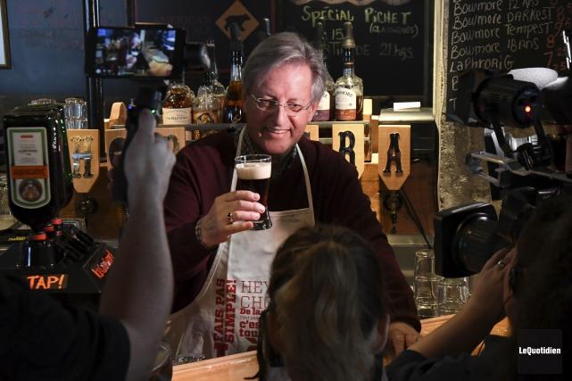 Le maire de Saguenay, Jean Tremblay, a dégusté... (Photo Le Quotidien, Michel Tremblay)