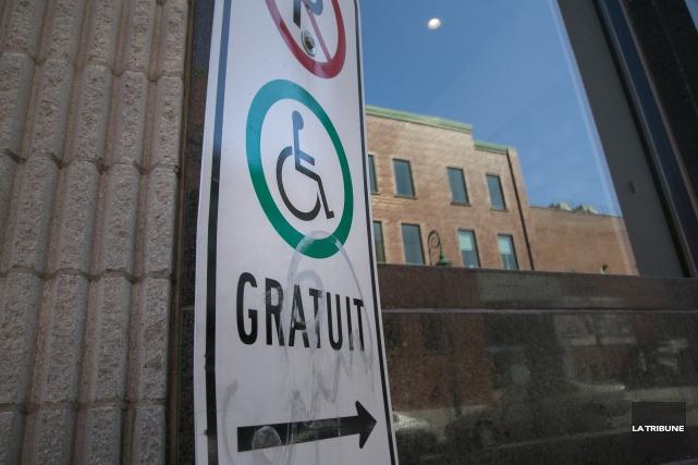 Le citoyen François Desmarais souhaiterait que les stationnements publics... (Archives, La Tribune)