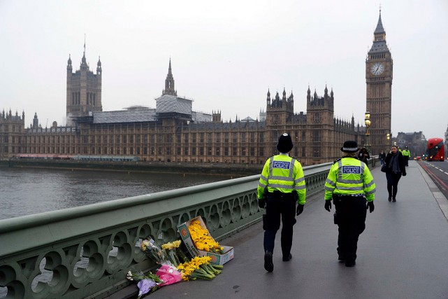 Deux policiers traversent le Westminster Bridge, où ont... (Photo Darren Staples, REUTERS)