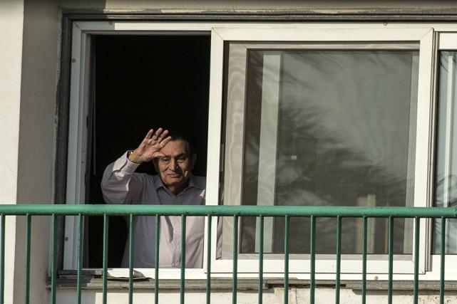 L'ancien président égyptien Hosni Moubarak salue la foule... (PHOTO KHALED DESOUKI, ARCHIVES AGENCE FRANCE-PRESSE)