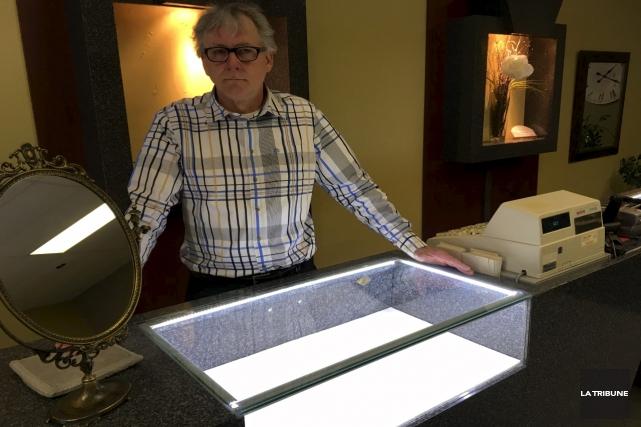 Des cambrioleurs ont vidé neuf présentoirs à la... (La Tribune, René-Charles Quirion)