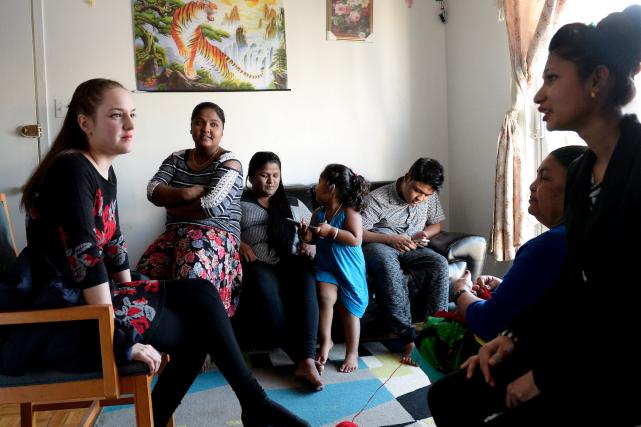 Visite dans une famille népalaise de Vanier. De... (Photo Le Soleil, Yan Doublet)