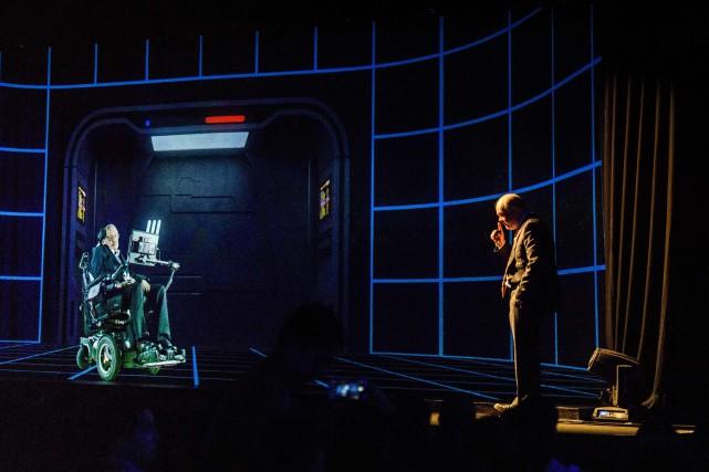 Le scientifique britannique Stephen Hawking est apparu devant... (Photo Anthony WALLACE, AFP)