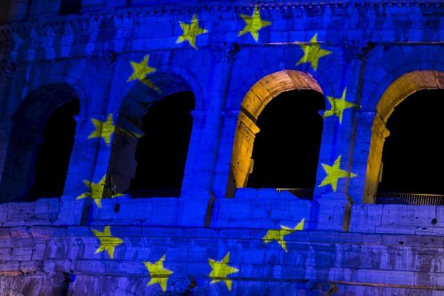 Le drapeau de l'Union européenne en projection sur... (AP, Angelo Carconi)