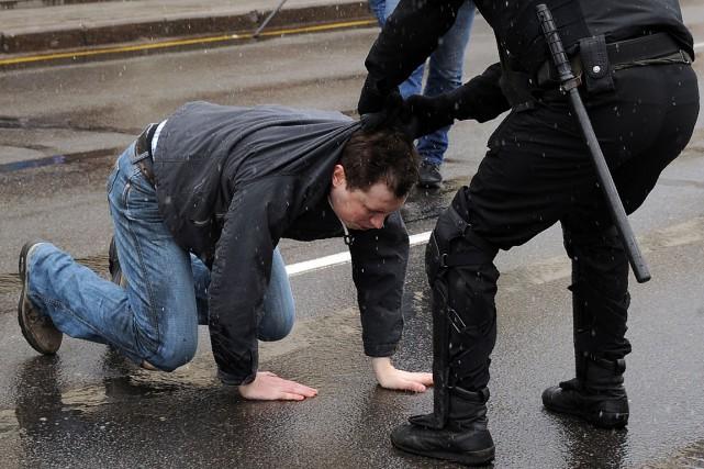 Un policier arrête un activiste lors d'une manifestation... (PHOTO Sergei Gapon, AGENCE FRANCE-PRESSE)