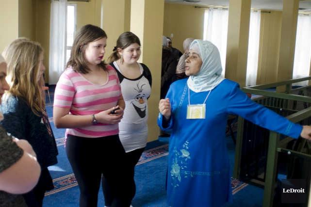 Plusieurs personnes ont visité le Centre islamique de... (MARTIN ROY, LE DROIT)